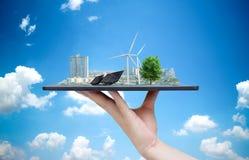 Ekologiczna system energia słoneczna w mieście na ręki mieniu zdjęcie stock