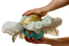 Ekologiczny problemowy zanieczyszczenie planety ziemia z plastikowym śmieci obraz royalty free