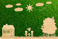 Ekologii pojęcia papieru cięcie rodzinna miłość domu słońca drzewa chmura Fotografia Royalty Free