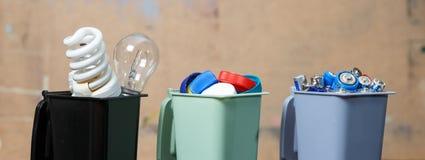Ekologii pojęcie, mnóstwo recyclable przedmioty w zbiornikach Zdjęcia Stock
