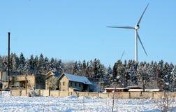 Ekologisk energivindturbin i vinter Arkivfoton