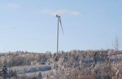 Ekologisk energivindturbin i vinter Royaltyfria Bilder