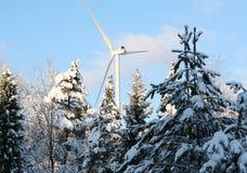 Ekologisk energivindturbin i vinter Arkivbild