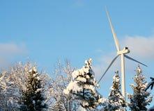 Ekologisk energivindturbin i vinter Royaltyfria Foton