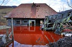Ekologisk katastrof. En övergiven by som översvämmas av förorenad wa Royaltyfri Fotografi