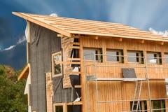 ekologisk konstruktion Fodra huset av lärkbräden Värmeisolering Byggnationer Arkivbild