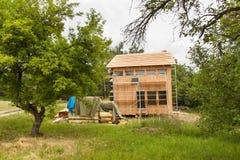ekologisk konstruktion Fodra huset av lärkbräden Värmeisolering Byggnationer Arkivfoto