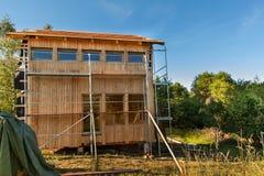 ekologisk konstruktion Fodra huset av lärkbräden Värmeisolering Byggnationer Royaltyfri Fotografi