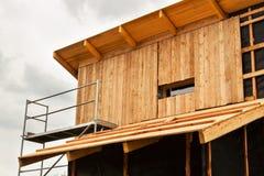 ekologisk konstruktion Fodra huset av lärkbräden Värmeisolering Byggnationer Fotografering för Bildbyråer