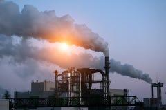 ekologisk miljöfotoförorening för kris Industriell affär Röka rör stads- liggande arkivbild