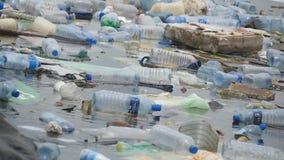 ekologisk miljöfotoförorening för kris Plast- buteljerar, påsar, avfall i floden, sjön Racka ner på och förorening som svävar i v stock video