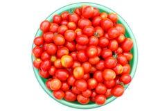 Ekologiska Cherrytomater i en handfat Royaltyfri Bild