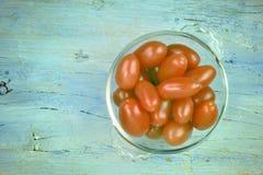 Ekologiska körsbärsröda tomater Arkivfoton