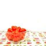 Ekologiska körsbärsröda tomater med kopieringsutrymme Arkivbilder