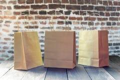Ekologiska pappers- shoppingpåsar royaltyfri fotografi