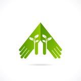 Ekologiska symboler och tecken, människas händer och växande växter för gräsplan Arkivfoto