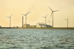 ekologiska windmills för energikälla Arkivfoton