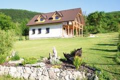 Ekologiskt hus i natur Royaltyfri Fotografi