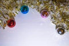 ekologiskt trä för julgarneringar Girland av guld Bollar av olika färger arkivbilder