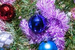 ekologiskt trä för julgarneringar Girlander och bollar av olika färger royaltyfri bild