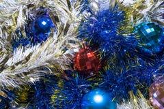ekologiskt trä för julgarneringar Girlander och bollar av olika färger arkivfoto