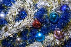 ekologiskt trä för julgarneringar Girlander och bollar av olika färger arkivbild