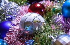 ekologiskt trä för julgarneringar Girlander och bollar av olika färger royaltyfria foton