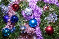 ekologiskt trä för julgarneringar Girlander och bollar av olika färger royaltyfri fotografi