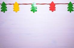 ekologiskt trä för julgarneringar härlig vektor för julillustrationtrees Vit bakgrund arkivfoto