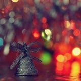 ekologiskt trä för julgarneringar Härliga julgranprydnader på abstrakt begrepp, suddig färgrik bakgrund Begreppet för vinter, sem Royaltyfri Foto