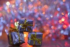 ekologiskt trä för julgarneringar Härliga julgranprydnader på abstrakt begrepp, suddig färgrik bakgrund Begreppet för vinter, sem Royaltyfria Foton