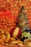 ekologiskt trä för julgarneringar Jul julhelgdagsaftongåvor semestrar många prydnadar Julprydnader med satängbältet Royaltyfria Foton