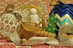 ekologiskt trä för julgarneringar Jul julhelgdagsaftongåvor semestrar många prydnadar prydnadar för handbell för jul för bollaskf Arkivfoton