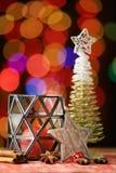 ekologiskt trä för julgarneringar Julgran- och julstjärna Arkivbild