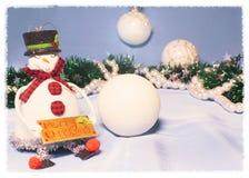 ekologiskt trä för julgarneringar Snögubben med kastar snöboll Royaltyfria Bilder