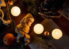 ekologiskt trä för julgarneringar Ställ in för hälsningkort: filial av granträdet, mandarin, godisar i folie, kottar, stearinljus royaltyfri foto