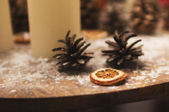 ekologiskt trä för julgarneringar stearinljus kottar och apelsin med snöflingor Arkivbilder