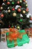 ekologiskt trä för julgarneringar Stor grön julgran med julbollar royaltyfri foto