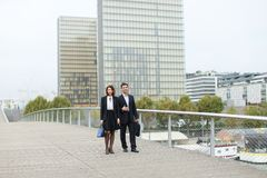 ekonomiści samiec i kobieta w surowy kostiumów chodzić Obraz Stock