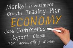 Ekonomibegrepp som är skriftligt på den svart tavlan Royaltyfri Foto