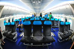 Ekonomiklassplatser i en Boeing 787 Dreamliner på Singapore Airshow 2012 Arkivbilder