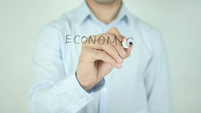 Ekonomiskt samarbete som skriver på den genomskinliga skärmen arkivfilmer