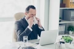 Ekonomisty pracownika kierownika unsaved mężczyzna w eleganckim modnym tux trendzie zdjęcia royalty free