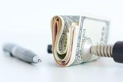 Ekonomitryckbegrepp med bunten av mynt i en kramp Fotografering för Bildbyråer