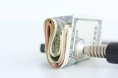 Ekonomitryckbegrepp med bunten av mynt i en kramp Arkivfoto