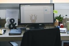 Ekran Komputerowy Pokazuje Graficznego Jeleniego projekt na biuro stołu pracie Obrazy Royalty Free