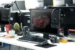 Ekran Komputerowy Pokazuje Graficznego Samochodowego projekt na biuro stole Worek Zdjęcia Stock