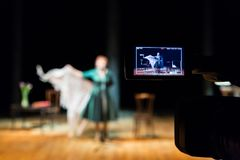 Ekranizacja występy piosenkarz w wnętrzu lub aktorka Cyfrowy kamera wideo Kolor prowadzący pokaz TV studio zdjęcie stock