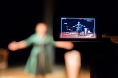 Ekranizacja występy piosenkarz w wnętrzu lub aktorka Cyfrowy kamera wideo Kolor prowadzący pokaz TV studio obrazy stock