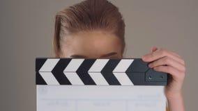 ekranizacja Zamyka up Piękna młoda kobieta z clapperboard w rękach zbiory wideo